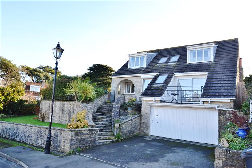 Beautifully Presented Detached Residence