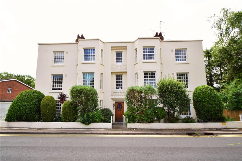 Stylish Art Deco Apartment To Let!